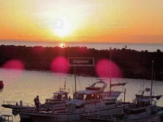 男性,風景,海,空,屋外,太陽,朝日,船,釣り人,光,朝,日の出,海沿い,漁師,海人,ドッキング
