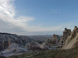 近くに岩山のアップの写真・画像素材[931351]