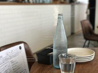 テーブルの上のミネラルウォーターの写真・画像素材[931196]