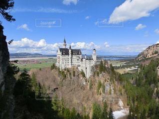 背景の山の城の写真・画像素材[931664]