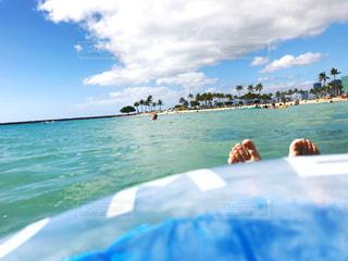 ハワイのワイキキビーチ。浮き輪でぷかぷか。の写真・画像素材[1003436]