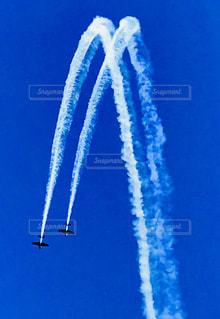 それから出てくる煙と空を飛んでいる飛行機 - No.1098253