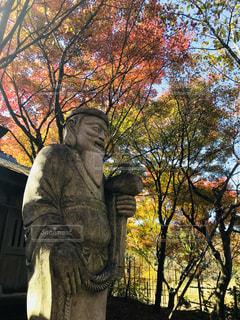 ツリーの前に立っている人の像 - No.1194660
