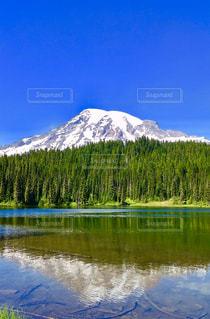 背景の山と池 - No.1219339