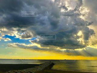 水体の上空で雲のグループ - No.1219368