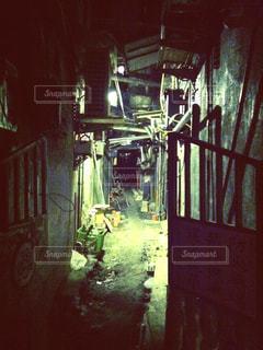 台湾・台北の怪しい路地の写真・画像素材[941259]