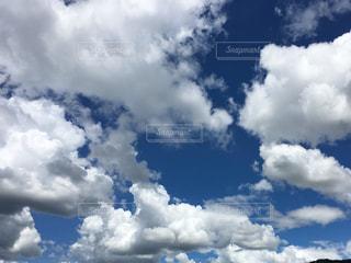 青い空に雲の写真・画像素材[1102248]