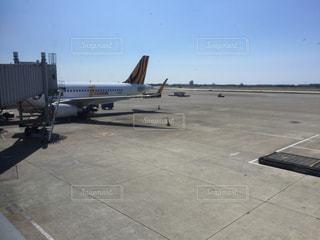 空港で駐機場に止まっている飛行機の写真・画像素材[933707]