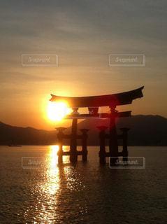 水の体に沈む夕日の写真・画像素材[958284]