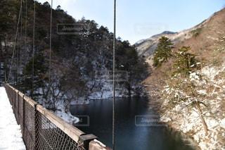 雪の覆われた橋を歩いて人の写真・画像素材[936974]