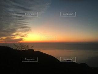 水の体に沈む夕日の写真・画像素材[933642]