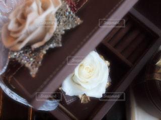 近くにケーキのアップの写真・画像素材[934890]