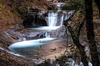 森の中の大きな滝の写真・画像素材[934928]