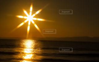 水の体に沈む夕日の写真・画像素材[956598]