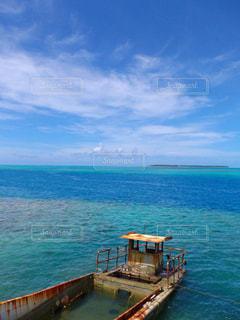 水の体の横にボートをドッキングします。の写真・画像素材[1008539]