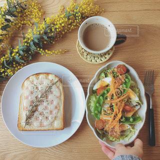 食品とコーヒーのカップのプレートの写真・画像素材[1038243]