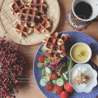 テーブルの上に食べ物のプレートの写真・画像素材[1145221]