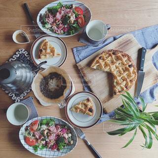 食品のプレートをテーブルに座っている人々 のグループの写真・画像素材[1145227]