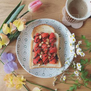 木製テーブルの上に座って食品のプレートの写真・画像素材[1203831]