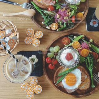 木製テーブルの上に座って食品の束の写真・画像素材[1243069]