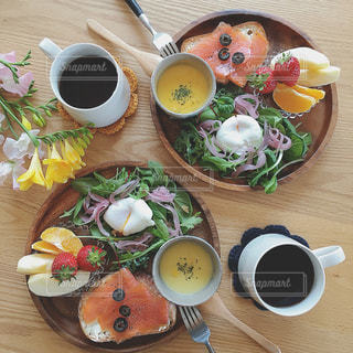 食品とコーヒーのカップのプレートの写真・画像素材[1282502]