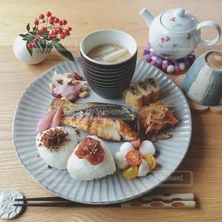 食品とコーヒーのカップのプレートの写真・画像素材[1282525]