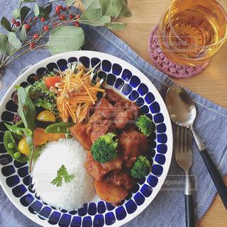 テーブルの上に食べ物のプレートの写真・画像素材[1282528]