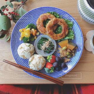 木製テーブルの上に座って食品のプレートの写真・画像素材[1282531]