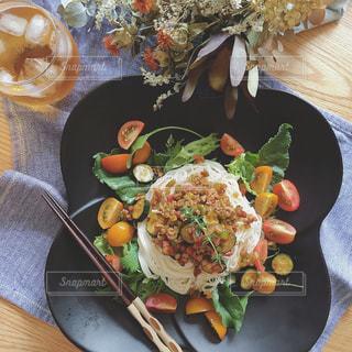 テーブルの上に食べ物のプレートの写真・画像素材[1282535]