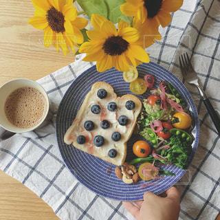 テーブルの上に食べ物の写真・画像素材[1282544]