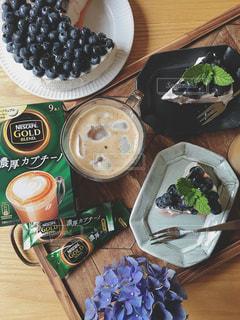 木製テーブルの上に座って食品のプレートの写真・画像素材[1295034]