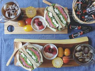 テーブルの上に座って食品の束の写真・画像素材[1304423]