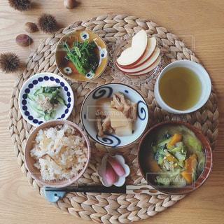 テーブルな皿の上に食べ物のプレートをトッピングの写真・画像素材[1488329]