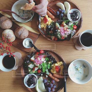 木製テーブルの上に座って食品のプレートの写真・画像素材[1788483]