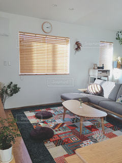 リビング ルームの家具と大きな窓いっぱいの写真・画像素材[1788488]
