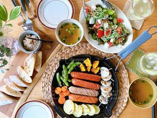 食べ物の皿をテーブルの上に置くの写真・画像素材[3219575]