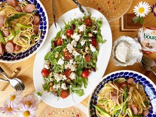 ブルサンブラックペッパーで贅沢なサラダの写真・画像素材[3230939]