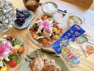 木製のテーブルの上に座っている食べ物の束の写真・画像素材[3648561]
