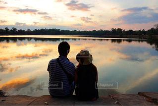 夫婦で眺める夕陽の写真・画像素材[959085]