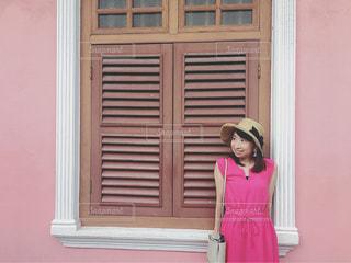 ピンクのワンピでピンクの壁と♡の写真・画像素材[1487920]