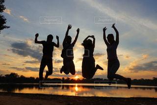 夕陽をバックにジャンプ♡の写真・画像素材[2984664]