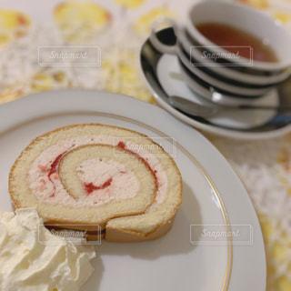 ロールケーキでティータイムの写真・画像素材[3279065]