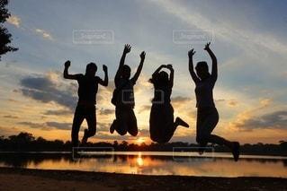 夕陽をバックにジャンプ♡の写真・画像素材[3451049]