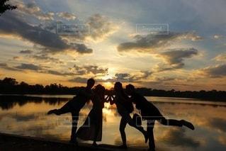 夕陽をバックに友達と♡の写真・画像素材[3451050]