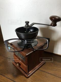 木製のテーブルの上に座っているポットの写真・画像素材[1379359]