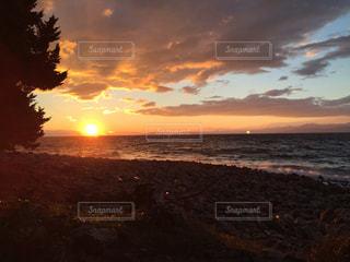水の体に沈む夕日の写真・画像素材[1385811]