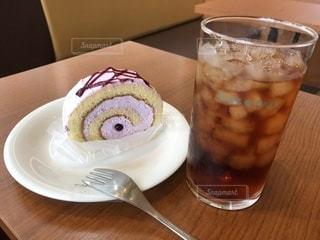 コーヒーやビール、テーブルの上のガラスのカップの写真・画像素材[1411821]