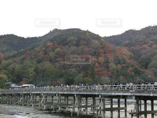 水の体の上を橋を渡る列車の写真・画像素材[1665743]