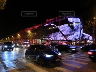 夜市通り走行車の写真・画像素材[1683354]