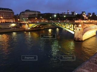 バック グラウンドで市と水の体の上の橋の写真・画像素材[1683377]
